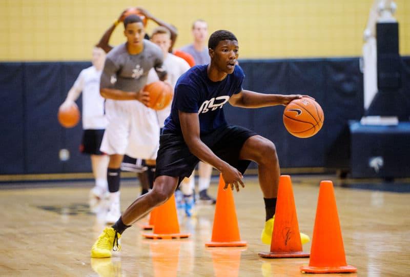 Exercícios de prática de movimentação de drible de basquete