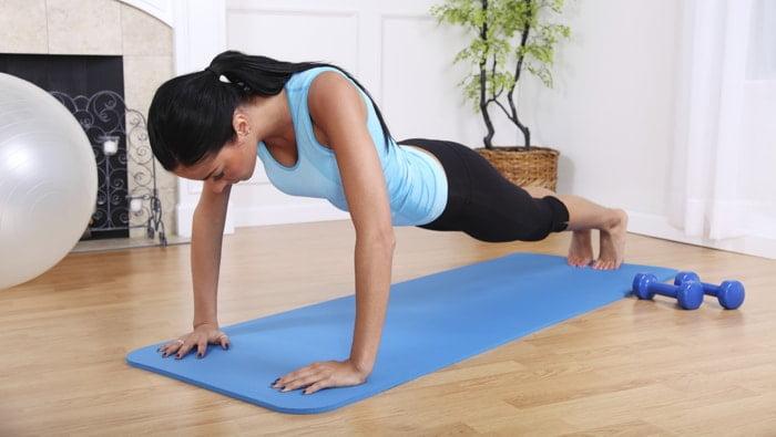 Exercícios para iniciantes: flexão de braço em casa