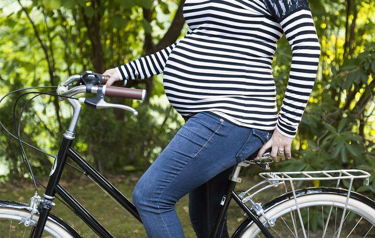 Grávida pode andar de bicicleta? Saiba como pedalar na gestação